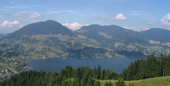 Lacul-Colibita-vazut-de-pe-munte