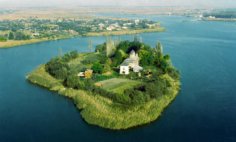 Lacul-Snagov-cu-insula-by-adrianexcelent