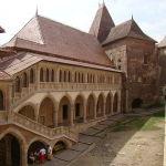 640px-Castelul_Corvinilor_-_Curtea_Interioara