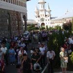 slujba-manastirea-sfintei-cruci-oradea-600x400