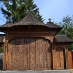 1_2 Poarta din lemn la intrarea Manastirii Polovragi