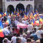 Steaguri-tricolore-oferite-credincioşilor-care-au-participat-la-slujba-prilejuită-de-hramul-Mănăstirii-Sfântul-Ilie-din-Topliţa
