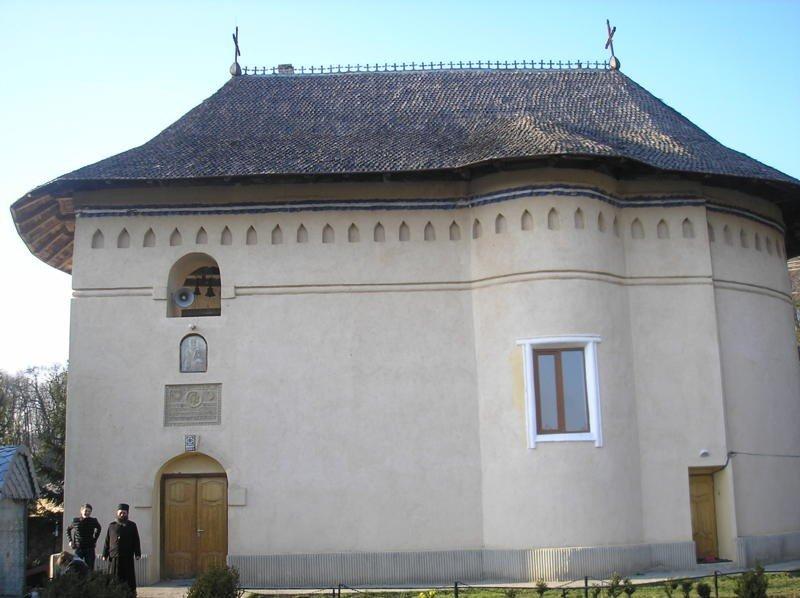 biserica_manastirii_lacuri