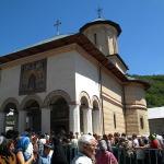 manastirea-polovragi-credinciosi