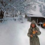 om-cu-lampa-iarna